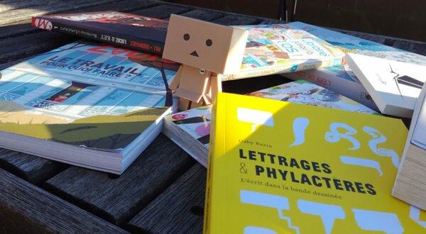 Petit Cartox a survécu à une avalanche de livres à lire !